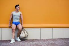 Спортсмен представляя в городском Стоковые Фотографии RF