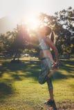 Спортсмен предупреждая вверх и получая готовый для тренировки фитнеса Стоковая Фотография