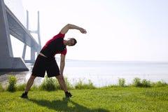 спортсмен протягивая греть Стоковые Изображения RF
