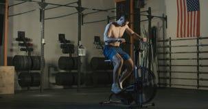 Спортсмен работая на велосипеде воздуха видеоматериал