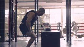 Спортсмен разрабатывая его тело в скакать коробки Мотивация сток-видео