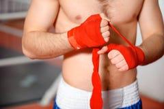 Спортсмен связывает повязку бокса Стоковые Изображения RF
