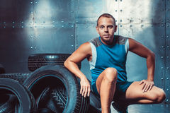 Спортсмен сидя на машине автошины Концепция CrossFit, здоровья и прочности Стоковое Изображение RF