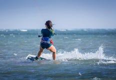 Спортсмен скача, kitesurfing kiteboarding скачка женщины kitesurfer Kiteboarder стоковая фотография