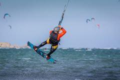 Спортсмен скача, kitesurfing kiteboarding скачка человека kitesurfer Kiteboarder стоковые фотографии rf