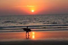 Спортсмен с доской на береге моря Стоковые Фото