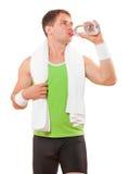 Спортсмен с питьевой водой полотенца от изолированной бутылки Стоковые Изображения
