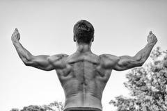 Спортсмен с чуть-чуть торсом на сером небе Стоковая Фотография RF