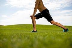 Спортсмен тренирует на лужайке стоковые фото