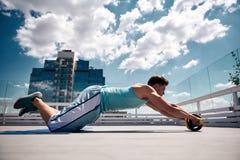Спортсмен тренирует ядр в городской атмосфере стоковое фото rf