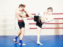 Спортсмен Muay тайский воюя на боксерском ринге Стоковые Фотографии RF