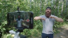 Спортсмен Videoblog: битник делает тренировки и vlogs стрельбы акции видеоматериалы