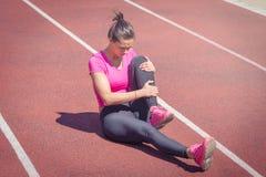 спорты бегунка боли мышцы ноги ушиба крупного плана идущие пятнают касатьться бедренной кости стоковые изображения rf