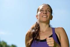Спорт бежать женщина тренируя outdoors для бега марафона Стоковые Изображения