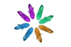 спорт ботинок Много пар тапок стоят в форме круга белый изолят стоковые фотографии rf
