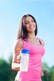 Спорт бутылки с водой питья женщины на стадионе Стоковые Фотографии RF