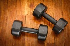 Спорт веса тренировки на деревянном поле Groung Стоковая Фотография RF