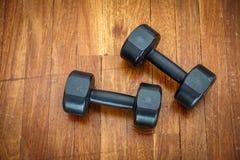 Спорт веса тренировки на деревянном поле Groung Стоковые Фотографии RF