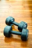 Спорт веса тренировки на деревянном поле Groung Стоковые Изображения RF