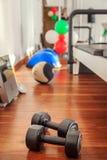 Спорт веса тренировки на деревянном поле Groung Стоковые Изображения
