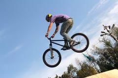 Спорт велосипеда BMX задействуя Стоковое Фото