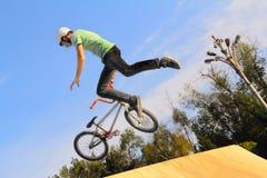 Спорт велосипеда BMX задействуя Стоковая Фотография