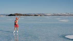 Спорт девушки весьма в купальнике на катании на коньках Стоковые Изображения