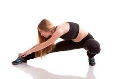 Спорт девушки практикуя над белой предпосылкой Стоковая Фотография RF