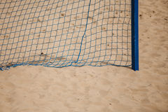 Спорт лета футбола сеть цели на песчаном пляже Стоковые Изображения RF