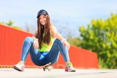 Спорт лета Холодный конькобежец девушки с скейтбордом Стоковые Изображения