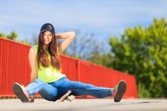 Спорт лета Холодный конькобежец девушки с скейтбордом Стоковая Фотография