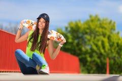 Спорт лета Холодный конькобежец девушки с скейтбордом Стоковое Изображение