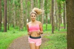 Спорт женщины, бежать в парке Стоковая Фотография RF