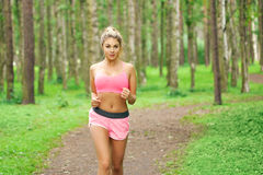 Спорт женщины, бежать в парке Стоковые Фото