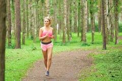 Спорт женщины, бежать в парке Стоковая Фотография