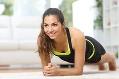 Спорт женщины фитнеса практикуя дома Стоковая Фотография