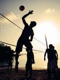 Спорт захода солнца волейбола пляжа играя концепцию отдыха тренировки Стоковое Изображение