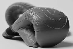Спорт и концепция бокса Красные перчатки бокса на желтой предпосылке Стоковое Фото