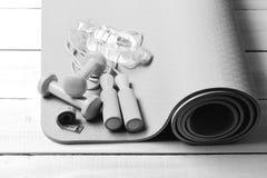 Спорт и концепция здоровья Гантели, лента измерения и веревочка скачки Стоковые Изображения