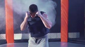 Спорт и люди, молодая мужская тренировка спортсмена в спортзале бокса сток-видео
