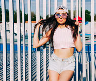 Спорт и мода Сногсшибательная девушка брюнет в верхней части и шорты представляя на теплом вечере лета напольно Стоковая Фотография RF
