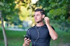 Спорт и музыка человек получая готовый для jogging Стоковое Изображение RF