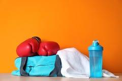 Спорт кладут в мешки, перчатки бокса, полотенце и бутылка стоковые фотографии rf