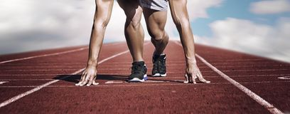 Спорт Неизвестный молодой бегун на линии старта горизонтально стоковые фотографии rf