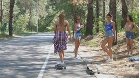 Спорт, образ жизни, крайность и концепция людей - красивая девушка татуирует longboard катания на дороге в городе в солнечном видеоматериал