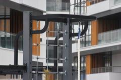 Спорт около современного жилого дома, разминка, фитнес во дворе классы на спортзале, тяг-UPS, взбираются веревочка Общий медицинс стоковое изображение