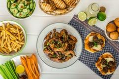 Спорт пируют - крыла цыпленка, овощ, французские фраи, пицца стоковое изображение rf
