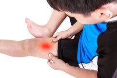Спорт повреждают Азиатский велосипедист ребенка раненый на бедренной кости Изолированный дальше Стоковая Фотография RF