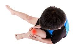 Спорт повреждают Азиатский велосипедист ребенка раненый на колене Изолированный дальше Стоковое Изображение RF