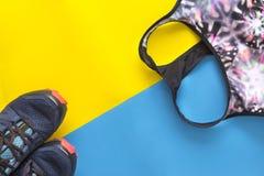 Спорт покрывают, голубая предпосылка тапок, желтых и голубых, ` s s женщин Стоковое Изображение
